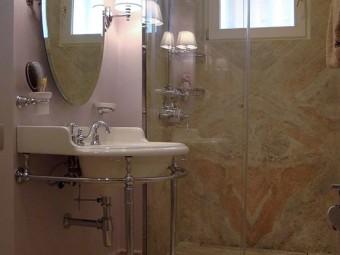 BAGNO FIGLIA. Pavimento e rivestimento zona doccia in marmo. Sanitari e rubinetteria (DRUMMONDS)