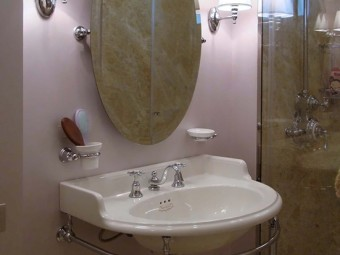 BAGNO FIGLIA. Pareti rivestite con stucco Lavender - Pearl (SIKKENS). Specchio con inclinazione regolabile (DEVON & DEVON).