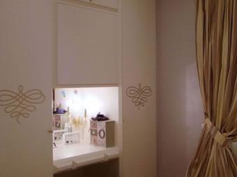 CAMERA FIGLIA. Rivestimento delle pareti realizzato con stucco Lavender - Pearl (SIKKENS). Arredamento personalizzato con spazio Beauty (BEZUS - LPL).
