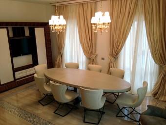 SALA DA PRANZO. Pavimento realizzato in marmo con intarsi decorativi. Arredamento personalizzato (BEZUS - LPL). Tavolo da pranzo e sedie rivestiti in pelle (BAXTER). Lampadari con finitura oro (DE MAJO).