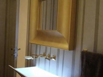 BAGNO OSPITI. Pavimento in marmo. Rivestimento tailor made, realizzato con stucco Gold (SIKKENS). Lavabo da incasso a parete STRAPPO realizzato in Corian con illuminazione integrata (ANTONIO LUPI).