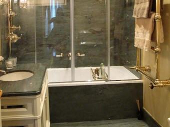 BAGNO PADRONALE. Pavimento e rivestimento zona vasca in marmo. Pareti rivestite con stucco Gold (SIKKENS). Rubinetteria ed accessori in ottone (DRUMMONDS).