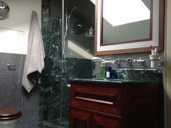BAGNO FIGLIO. Rivestimento zona doccia in marmo. Pavimento e pareti rivestiti con mosaico Silver - Gray (SICIS). Arredamento personalizzato (BEZUS - LPL). Sanitari e rubinetteria (DRUMMONDS)