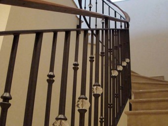SCALA realizzata in marmo con ringhiera in ferro battuto con inserti SWAROVSKI®. Corrimano in Palissandro Santos.