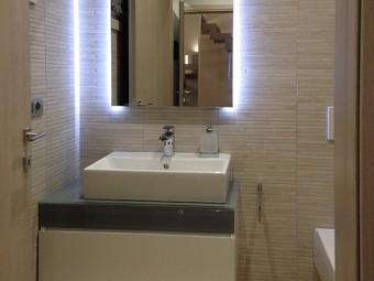 BAGNO OSPITI. Consolle sospesa con lavabo da appoggio (VILLEROY & BOCH). Specchio personalizzato con luce indiretta (BEZUS).