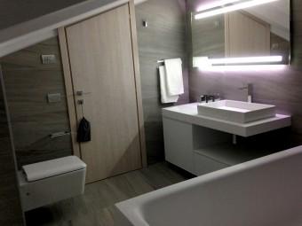 BAGNO PADRONALE. Consolle sospesa tailor made con frigo-bar incorporato (BEZUS - LPL). Specchio personalizzato con illuminazione integrata a LED (BEZUS). Sanitari e rubinetteria (GESSI).