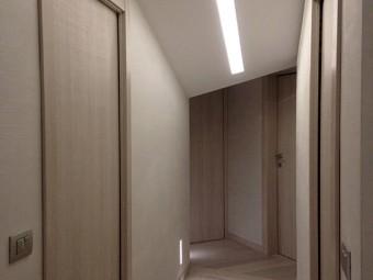 CORRIDOIO ZONA NOTTE. Controsoffitto con illuminazione incorporata. Pavimento in parquet Spazzolato Rovere Argento. Illuminazione notturna integrata nella parte bassa della parete.