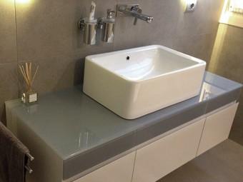 BAGNO ZONA OSPITI. Consolle sospesa (VILLEROY & BOCH). Lavabo da appoggio (FLAMINIA). Specchio personalizzato con luce indiretta (BEZUS). Rubinetteria (HANSGROHE).