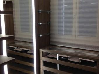 CABINA ARMADIO PADRONALE. Contenitore con scompartimento per bijoux e occhiali da sole (BEZUS - LPL). Specchio con illuminazione integrata (BEZUS - LPL).