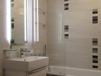 BAGNO FIGLI. Pavimento e rivestimento in gres porcellanato. Consolle sospeso, sanitari e rubinetteria (VILLEROY & BOCH). Specchio personalizzato con luce indiretta (BEZUS).