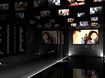 Pavimento in gres porcellanato nero lucido con illuminazione integrata. Pareti rivestite in cristallo temperato. Pannello elettronico dell'orario delle lezioni.