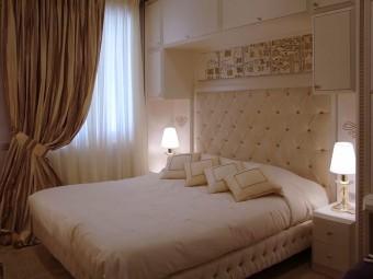 ARMADIO A PONTE impreziosito con intarsi decorativi colore oro. Maniglie in cristallo SWAROVSKI®.
