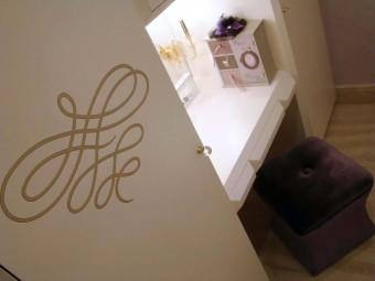 Spazio Beauty attrezzato con specchio grande, due applique e tre cassetti. Ante impreziosite con intarsi decorativi colore oro. Maniglie in cristallo SWAROVSKI®.