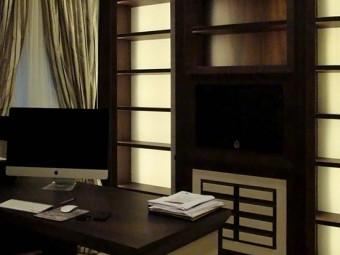 LIBRERIA realizzata in combinazione di due materiali: essenza di Palissandro Rio e camoscio color latte, attrezzata con ripiani spostabili, cassetti e televisore integrato. Schienali delle parti laterali e frontali dei cassetti rivestiti in camoscio. Vani illuminati con luci LED.