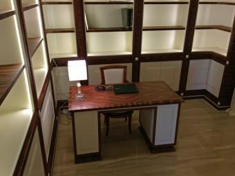SCRIVANIA realizzata in combinazione di due materiali: essenza di Palissandro Santos e legno laccato opaco, attrezzata con cassetti e vano con anta.
