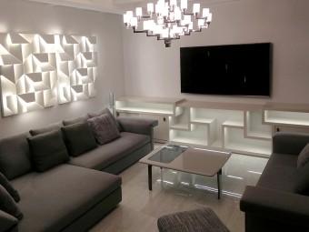 LIBRERIA realizzata in legno laccato lucido con illuminazione integrata a LED, composta da ripiani con forme futuristiche e due vani con ante scorrevoli.