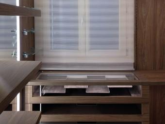 Cassettiera composta da quattro cassetti con parti frontali in cristallo. Scompartimento superiore dedicato ai bijoux e occhiali da sole.
